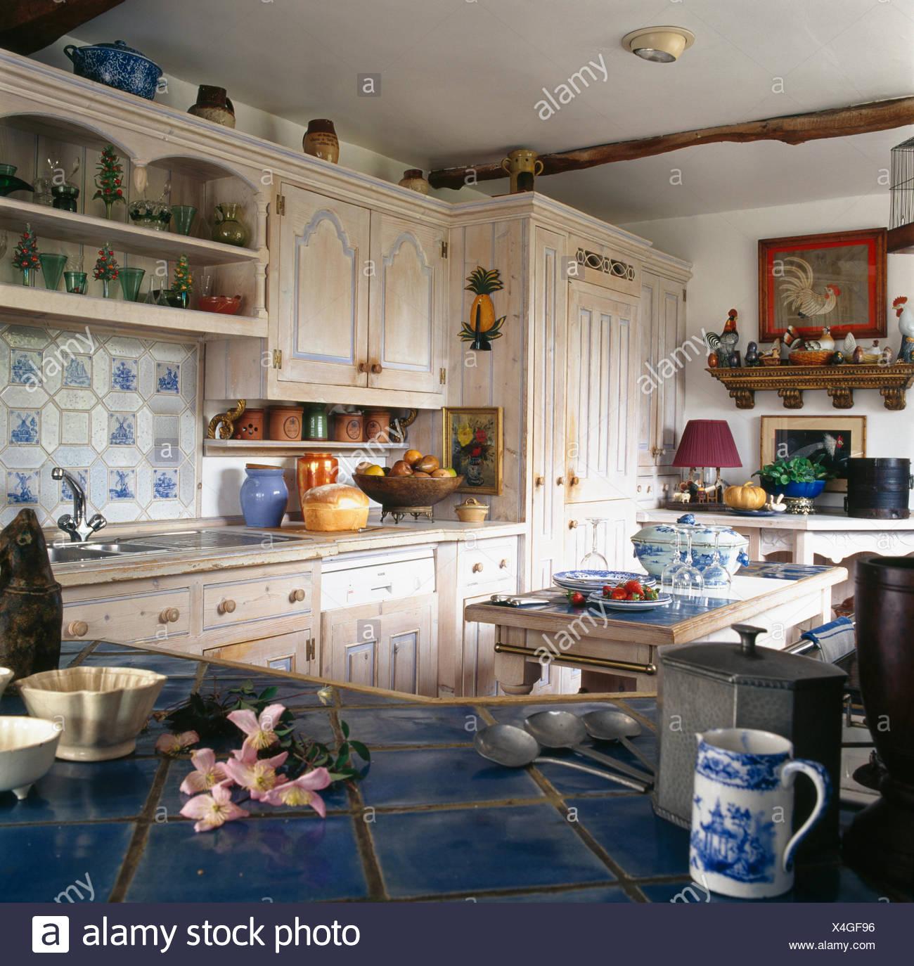 Schwarz Gefliesten Arbeitsplatte In Landhausküche Mit Gekalkten Holz