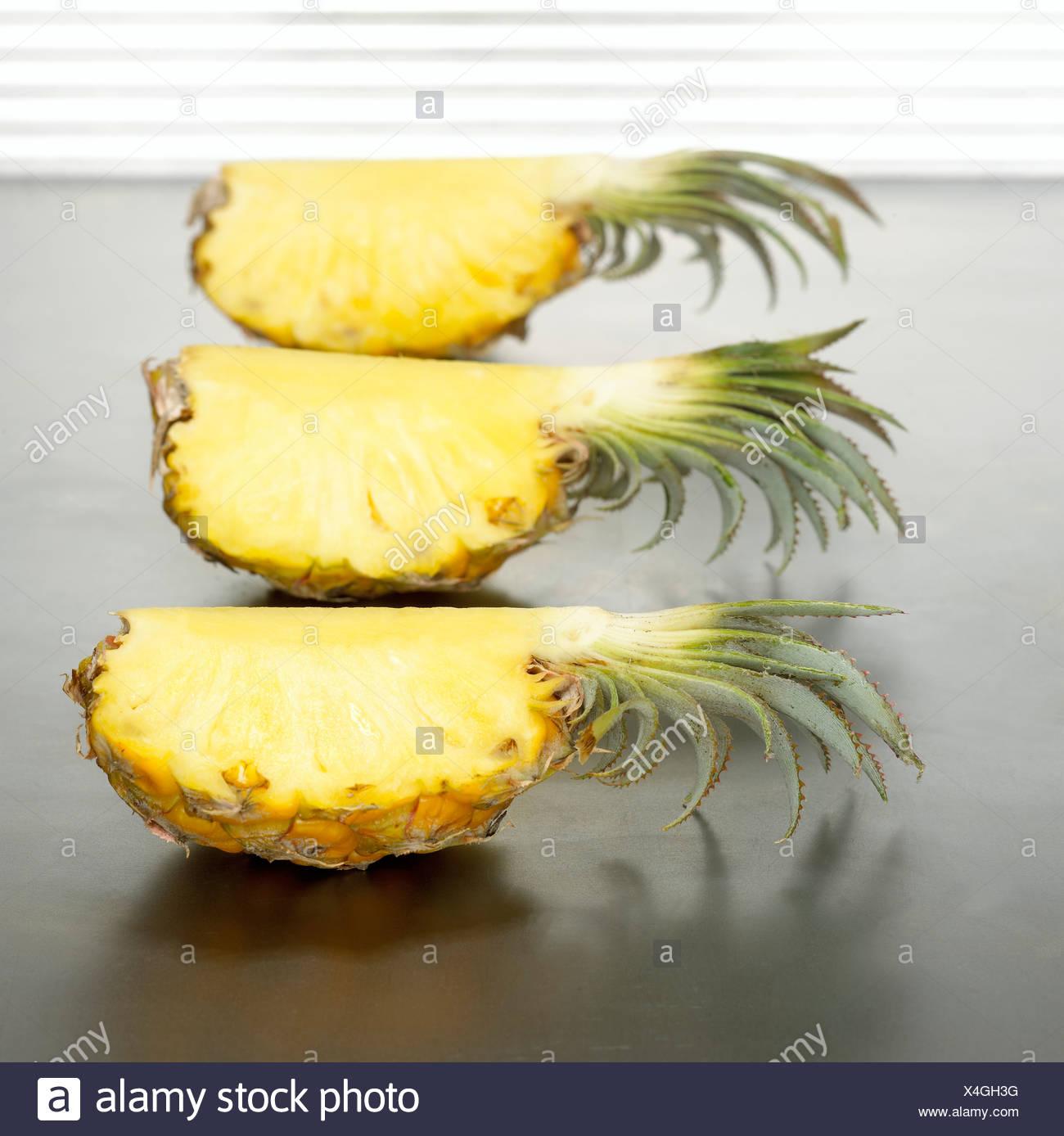 In Scheiben geschnittene Baby Ananas, close-up Stockbild