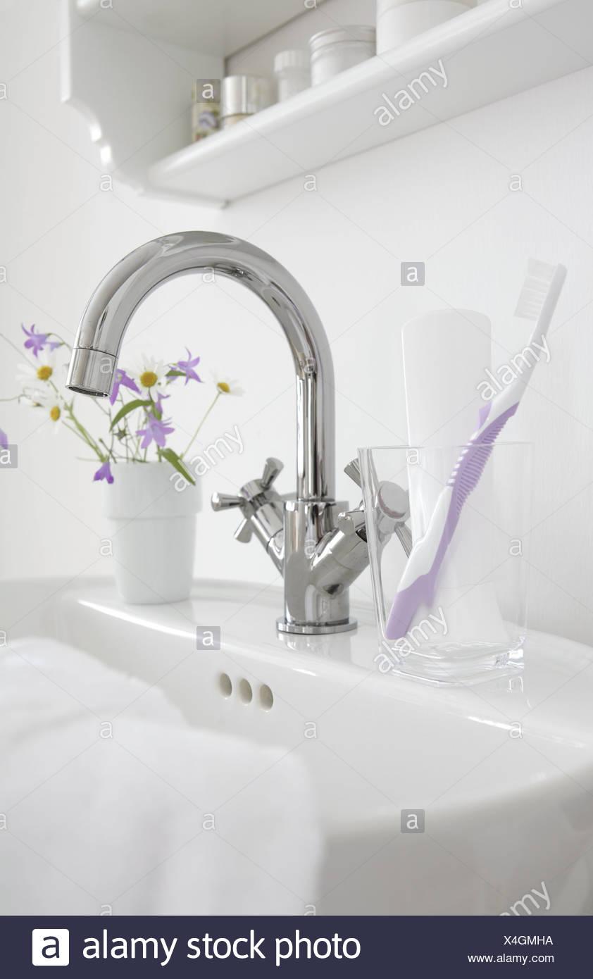 Still Leben Badezimmer Waschbecken Wasserhahn Glas Zahnbürste Zahnpasta  Handtuch Bad Waschtisch Bürsten Tasse Zahnbürste Tumbler