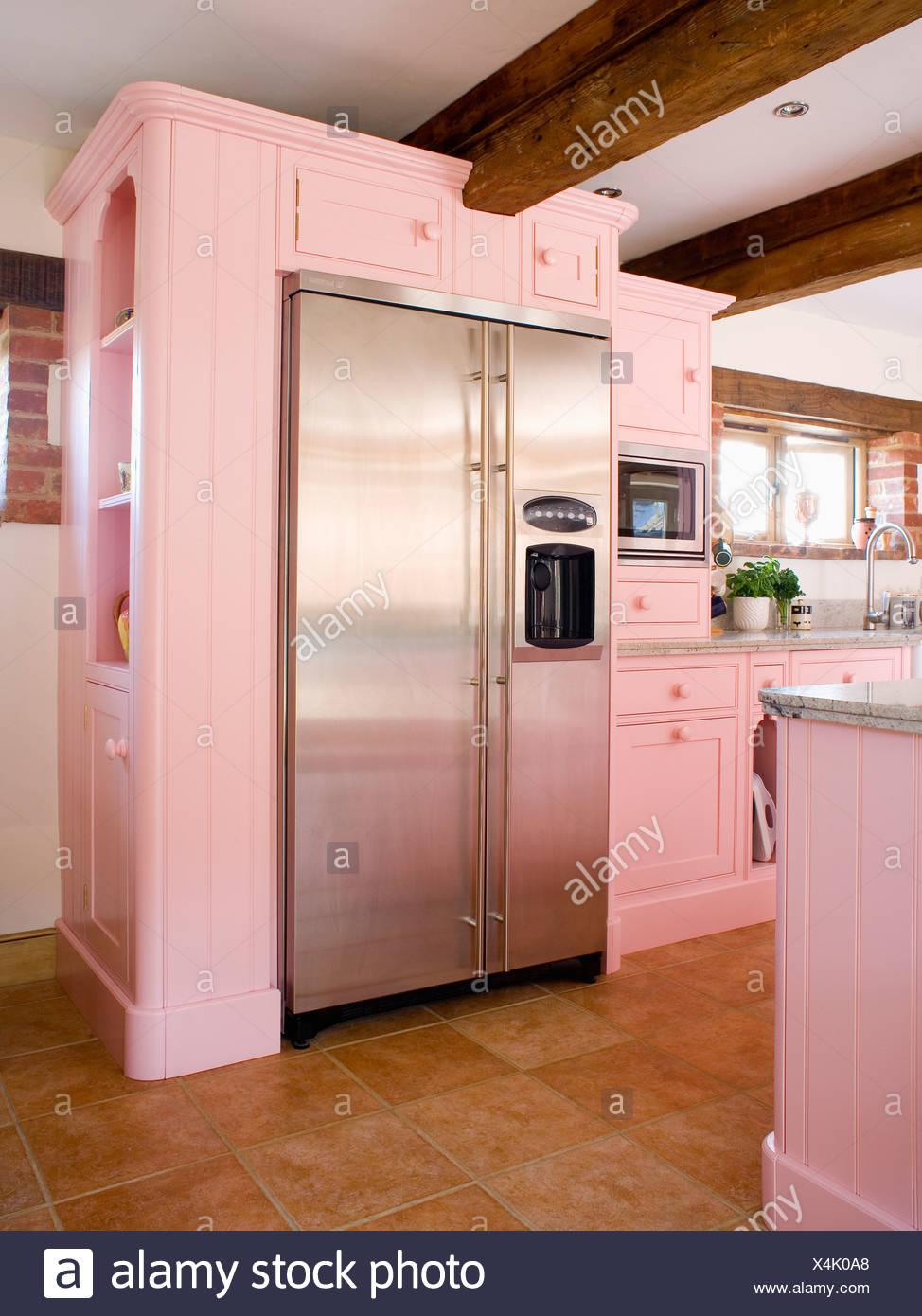 Große Edelstahl Amerikanische Kühl Gefrierkombination In Pastell Rosa  Ausgestattet Einheit Im Landhaus Küche