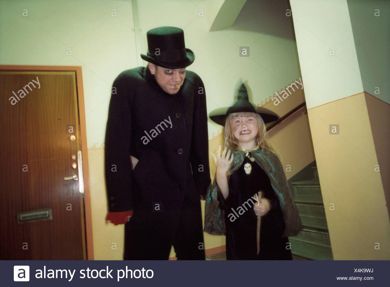 Ein Mann in einen Vampir-Kostüm und ein Mädchen in einem Hexenkostüm Stockbild
