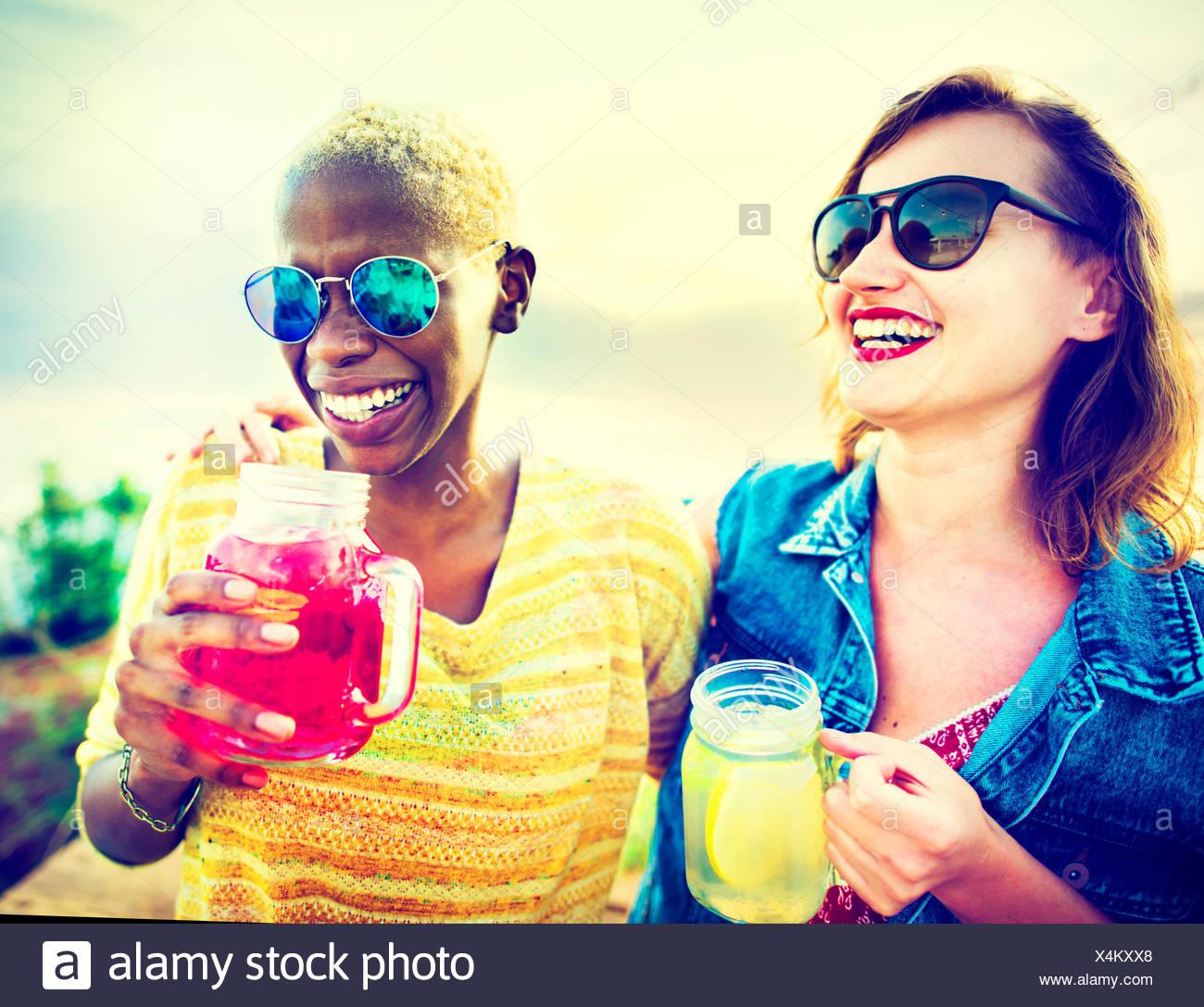 Freundinnen Freundschaft Party Glück Sommer Konzept Stockbild
