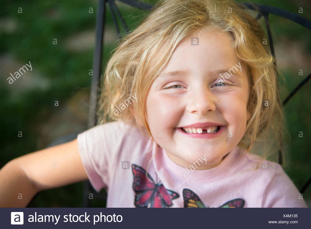 Porträt eines Mädchens mit toothy Lächeln Stockbild