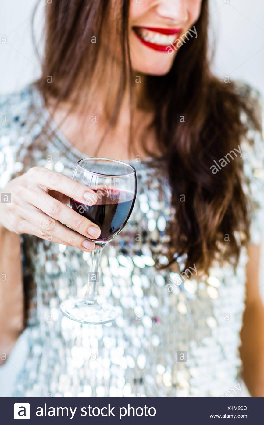 Frau trinkt ein Glas Rotwein. Stockbild