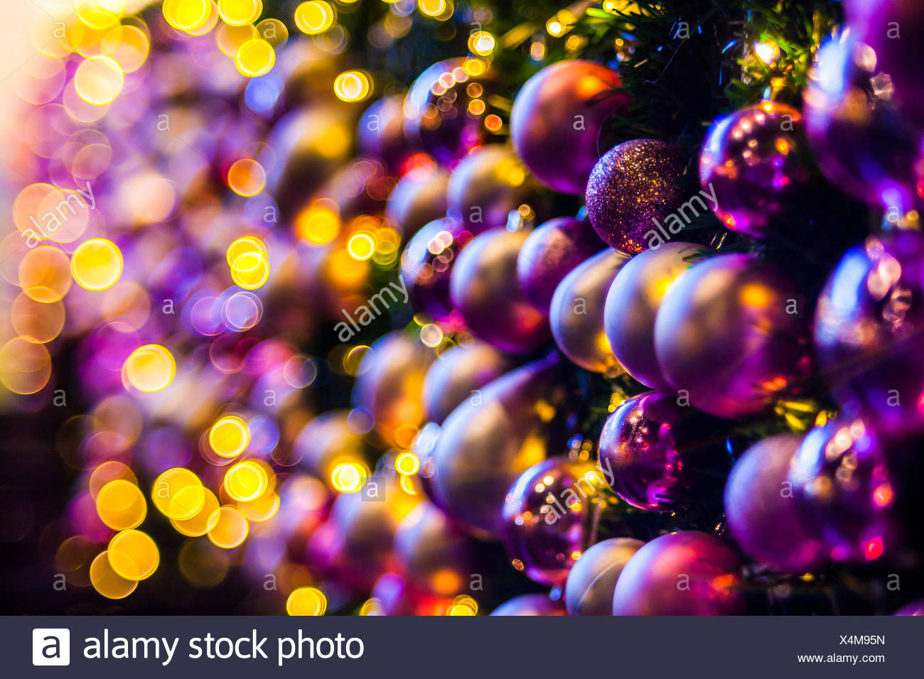 Beleuchtete Christbaumkugeln.Nahaufnahme Von Kugeln Hängen Beleuchtete Weihnachtsbaum Stockfoto