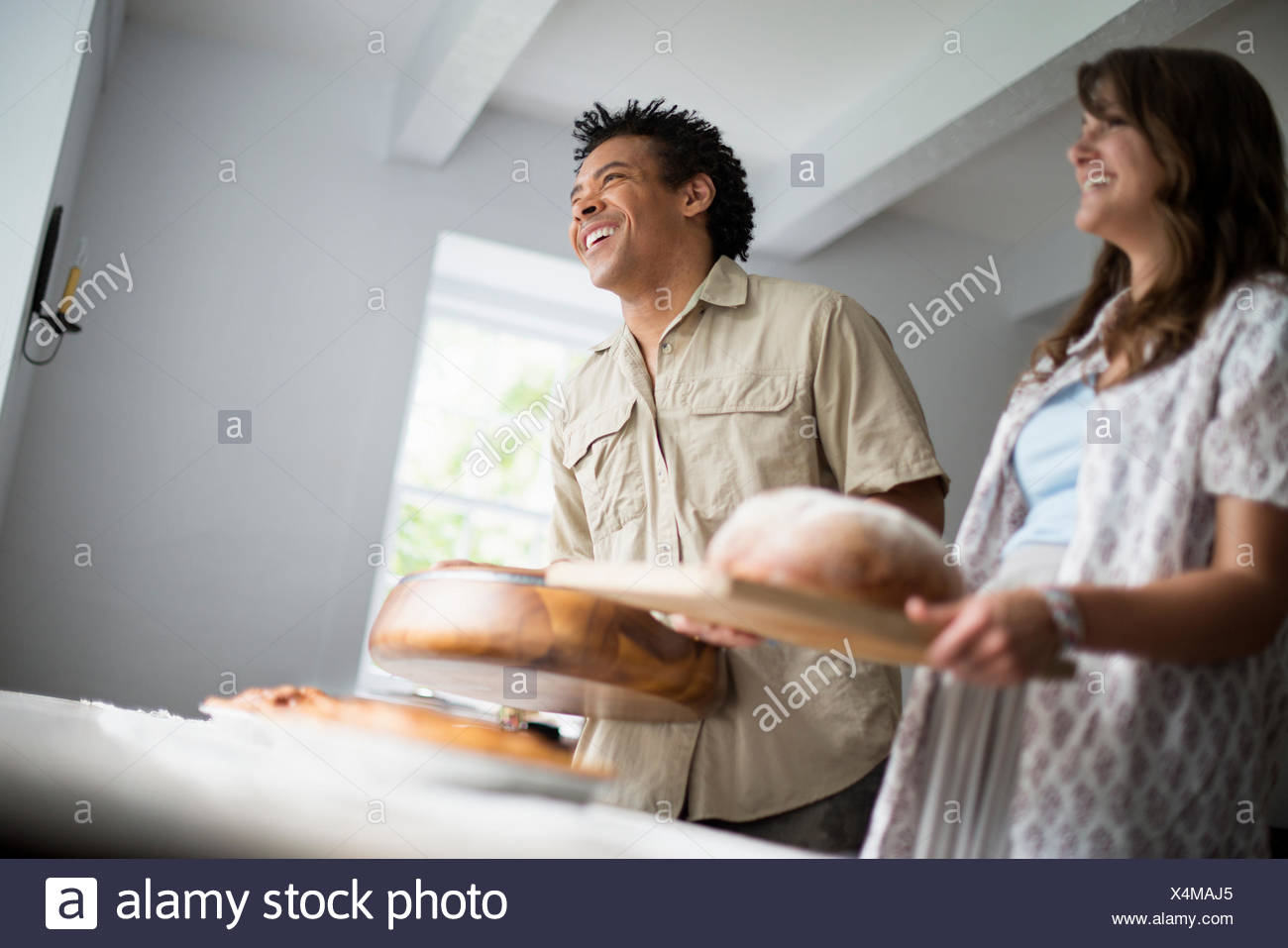 Ein Familientreffen für eine Mahlzeit. Lebensmittel in einer Tabelle durchgeführt werden. Stockbild
