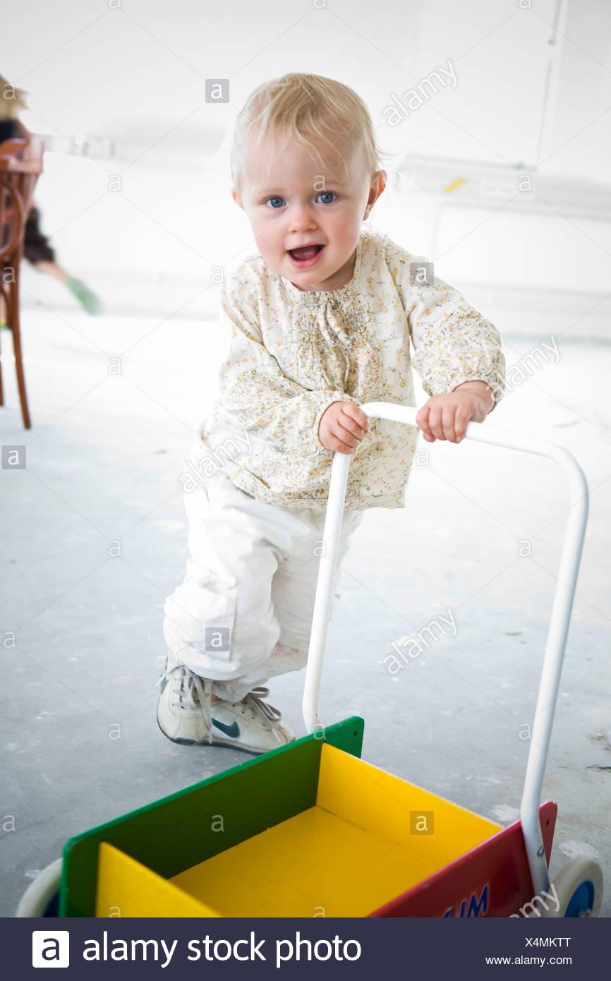 Ein kleines Mädchen laufen lernen Stockfoto