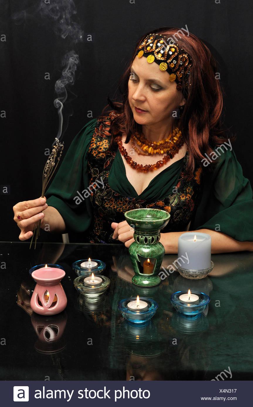 mittlere Vermögen Erzähler okkulte Hexerei hellsichtigen Frau Rauchen Rauchen raucht Stockbild