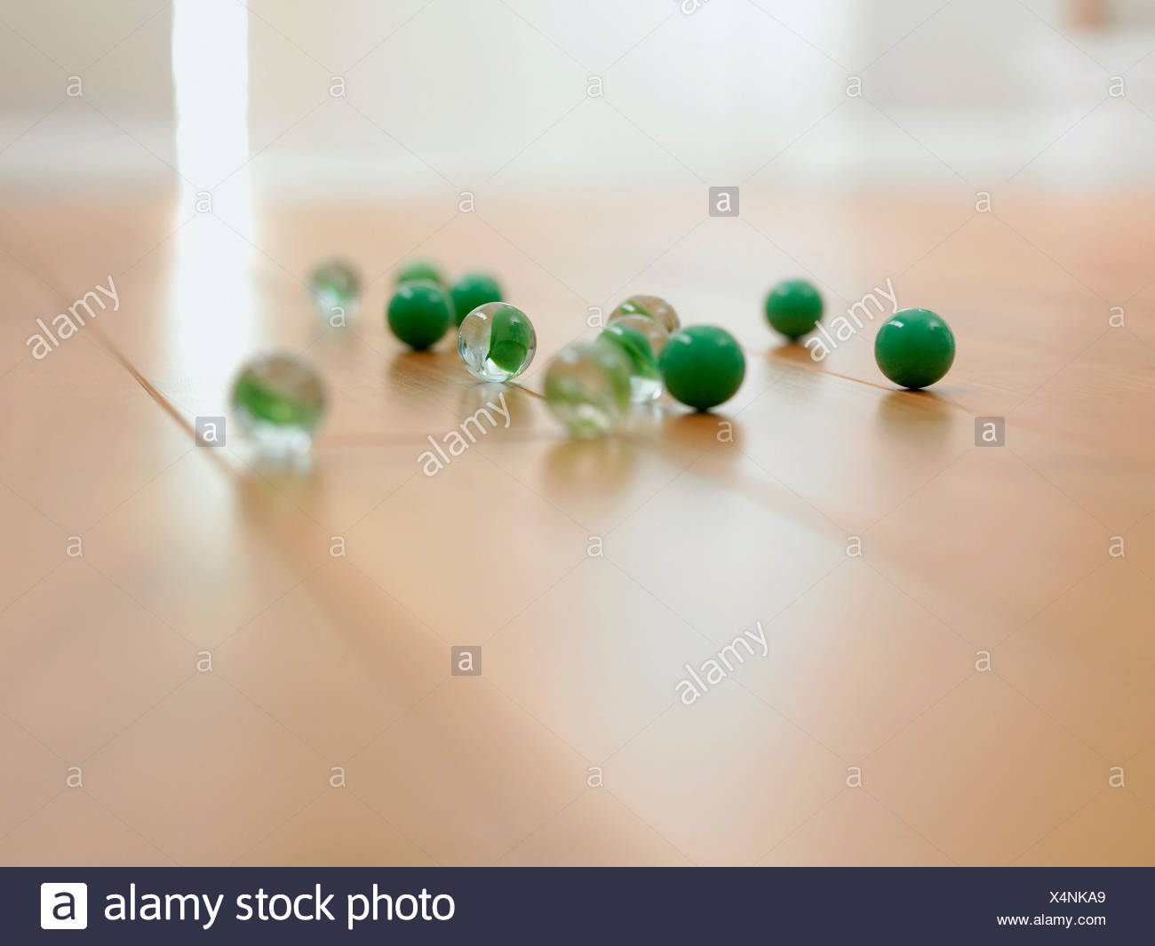 Nahaufnahme von Murmeln auf dem Boden Stockbild