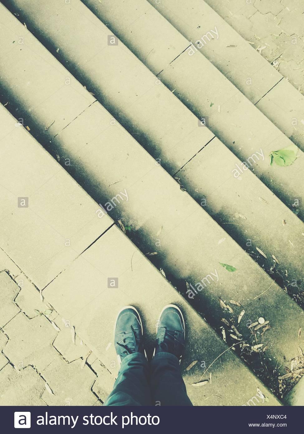 High Angle View Of Mann auf Schritte Stockbild