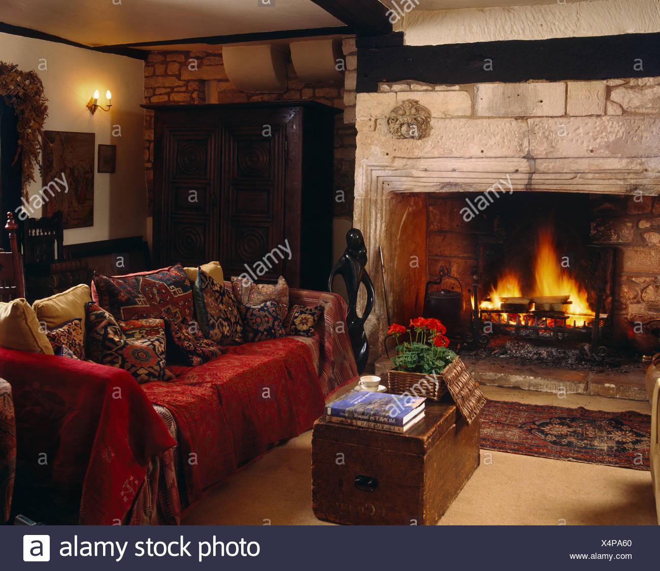 Roten Wurf Auf Sofa Mit Kissen Neben Kamin Mit Offenem Kamin Im Wohnzimmer  Gemütlich Land Mit