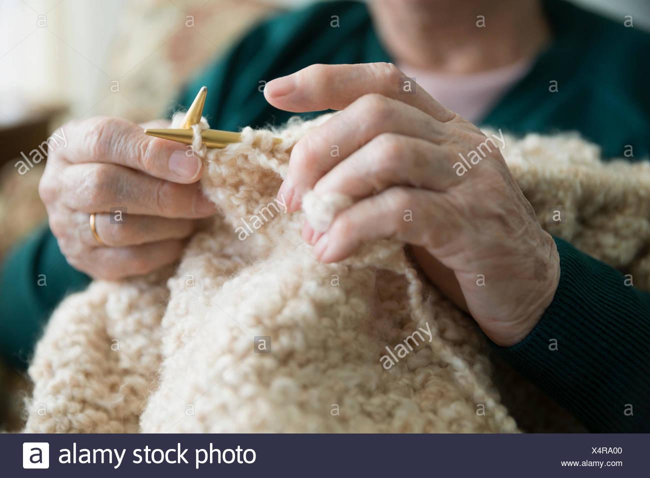 Ältere Frau stricken hautnah Stockbild