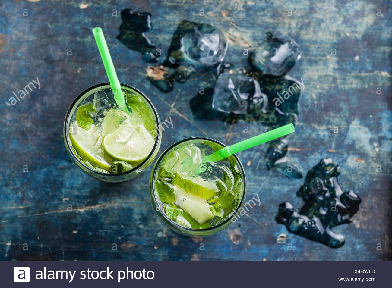 Glas Eistee Mojito cocktail mit Minze auf blauem Hintergrund Stockbild