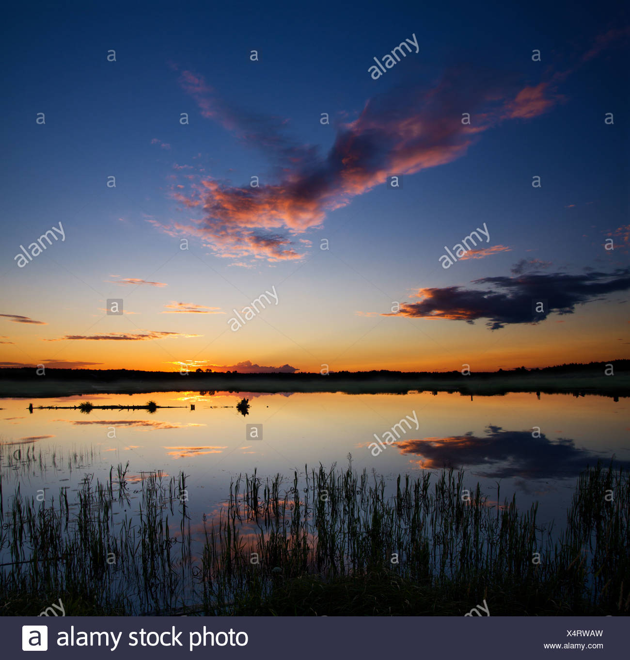 Sonnenuntergang über See Stockbild