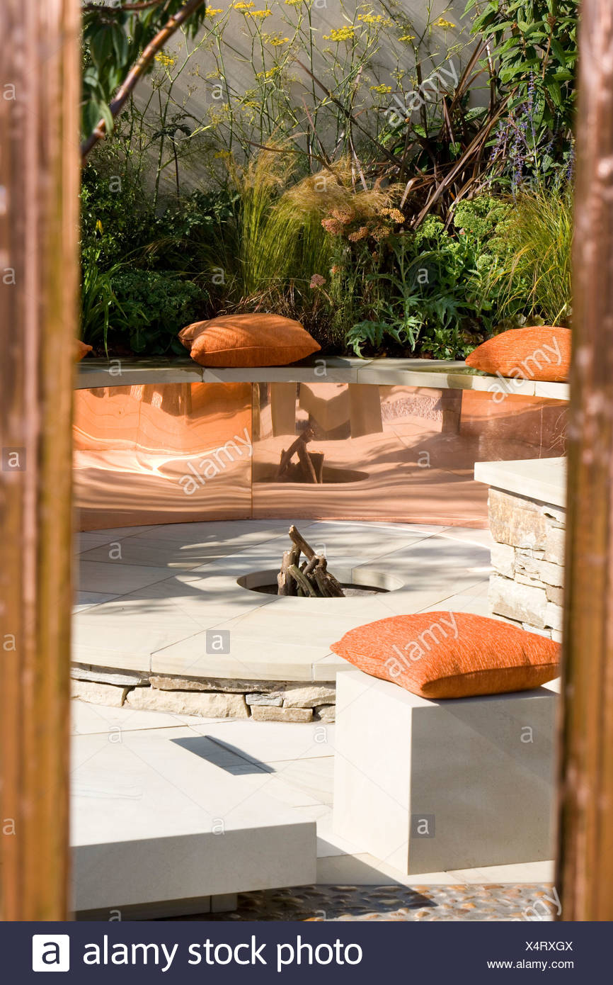 Moderne Sitzecke Im Garten Mit Kupfer Und Feuerstelle Stockfotografie Alamy