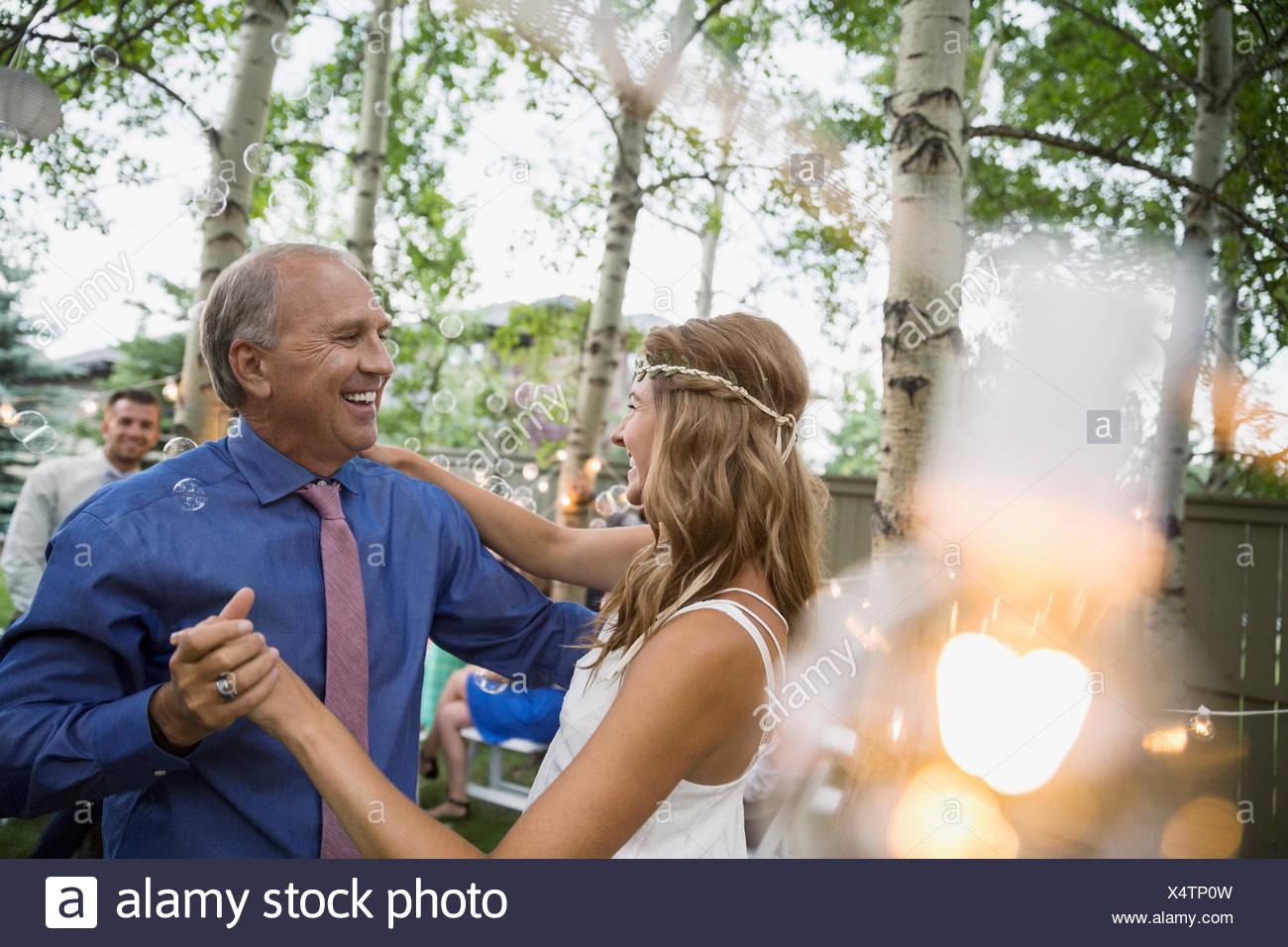 Braut und Vater auf Hinterhof Hochzeit tanzen Stockbild