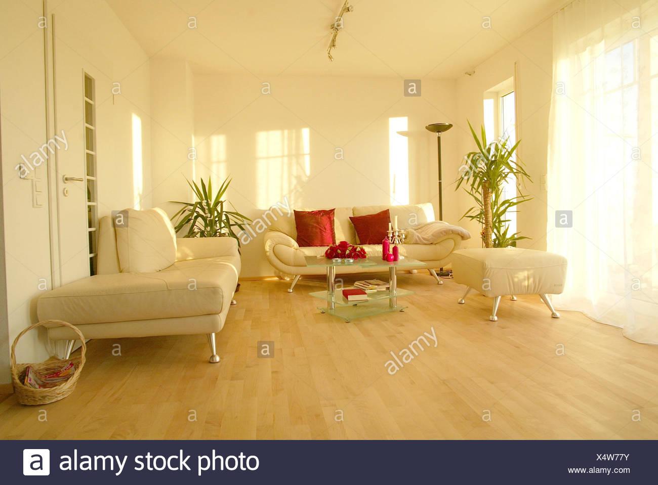 Wohnzimmer, Einrichtung, Modern, Hell, Innen, Innenaufnahme, Wohnung,  Wohnraum, Sofa, Couch, Weiße, Dekorative Kissen, Rot, Inneneinrichtung,  Innenaufnahme, ...