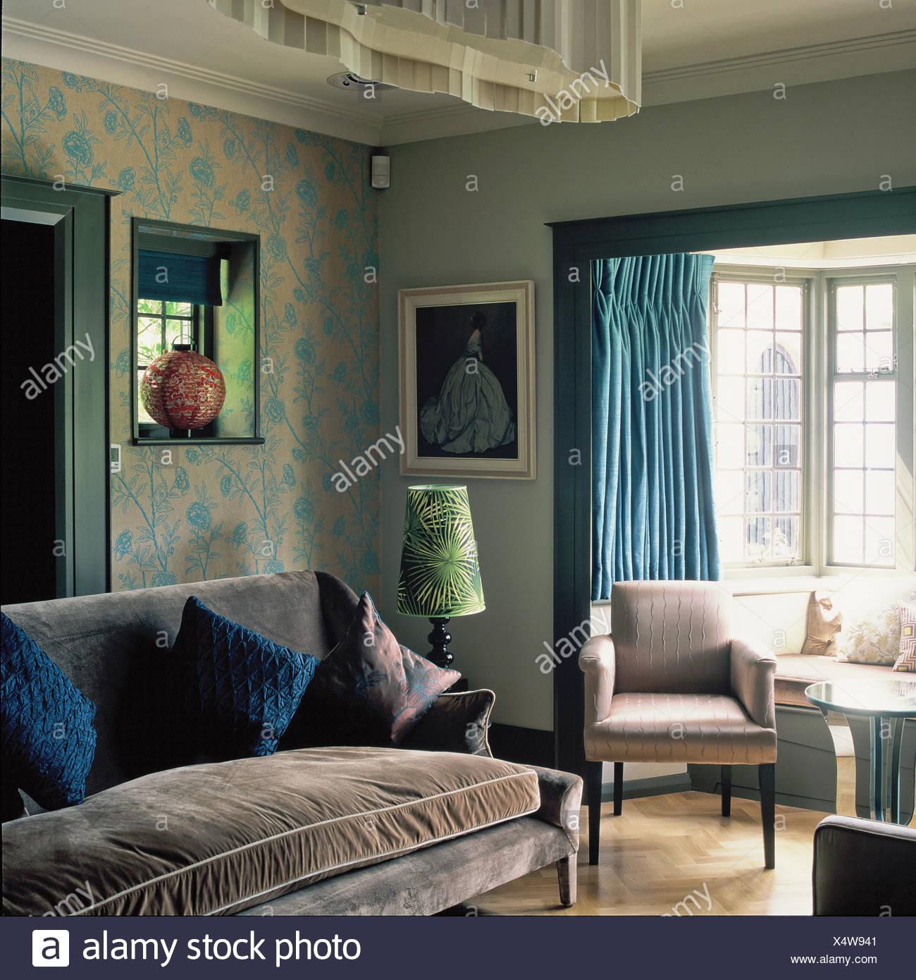 Graue samt gepolstert Sofa und Sessel im Wohnzimmer mit ...