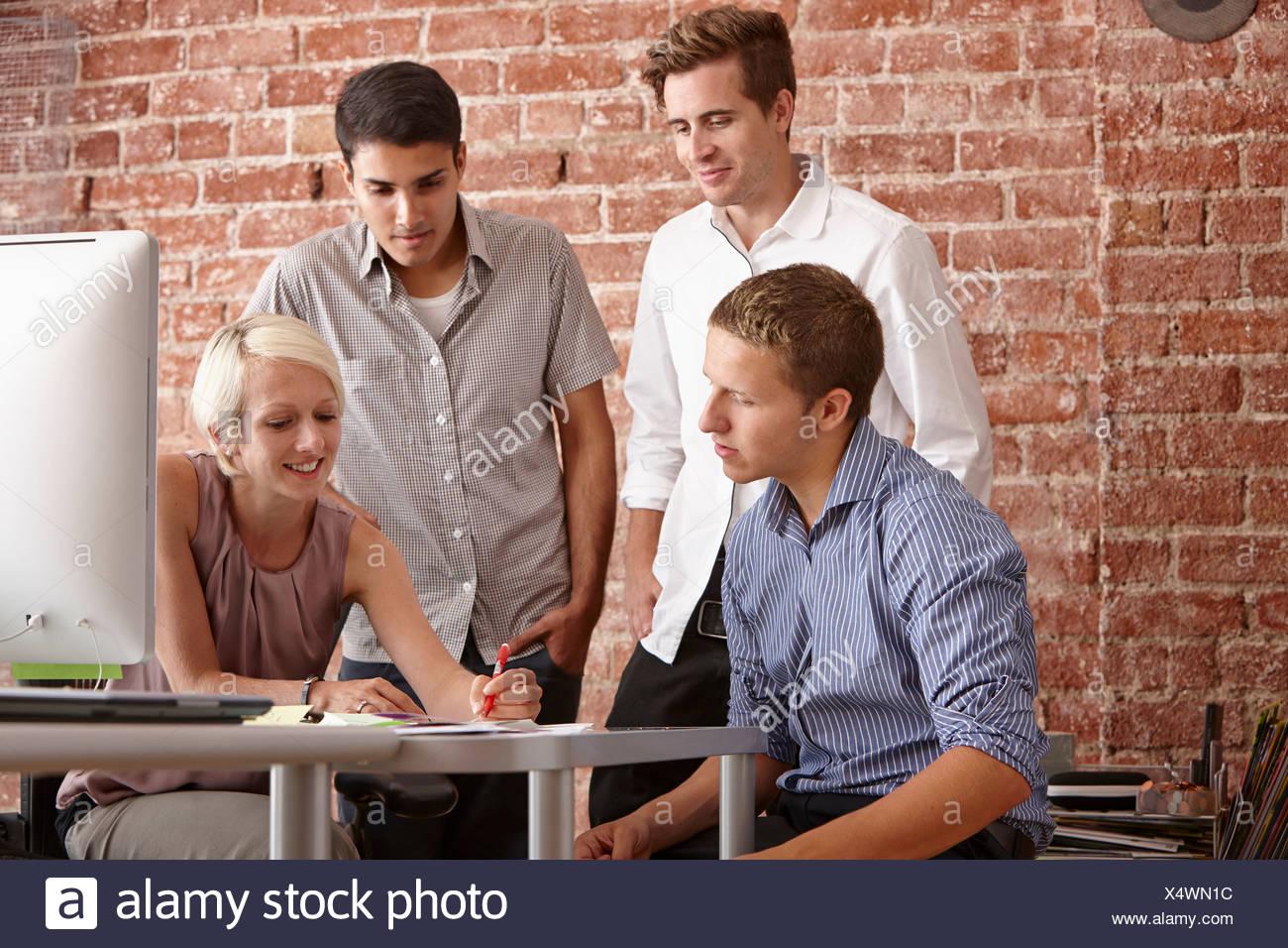 Kolleginnen und Kollegen treffen Stockbild