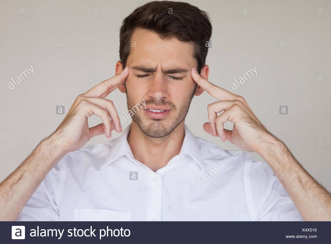 Lässige Geschäftsmann bekommen Kopfschmerzen Stockbild