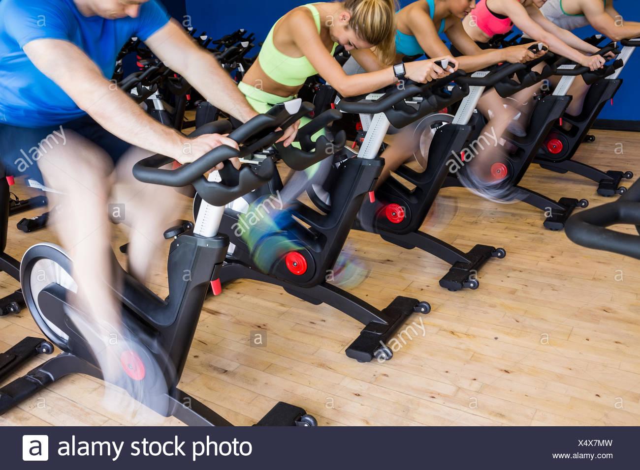 Menschen in einem Spin-Klasse passen Stockbild
