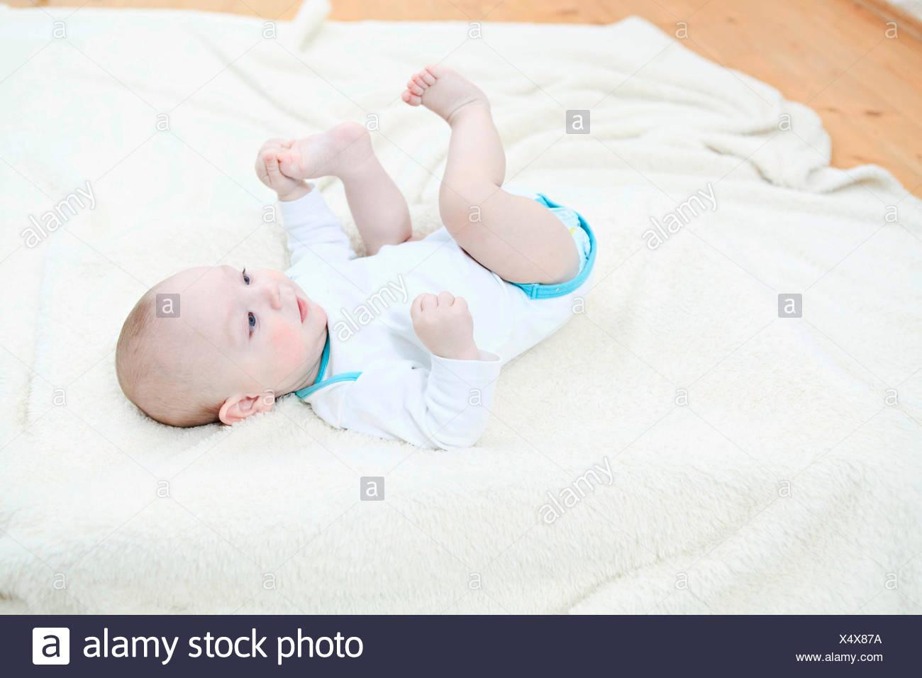 Baby Junge Decke auflegen Stockbild