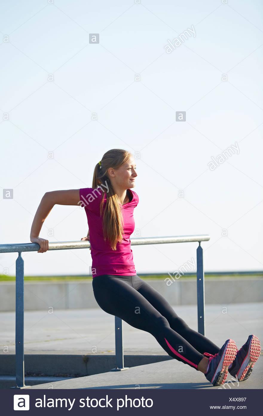 Läufer, die Dehnung auf Dach Stockbild