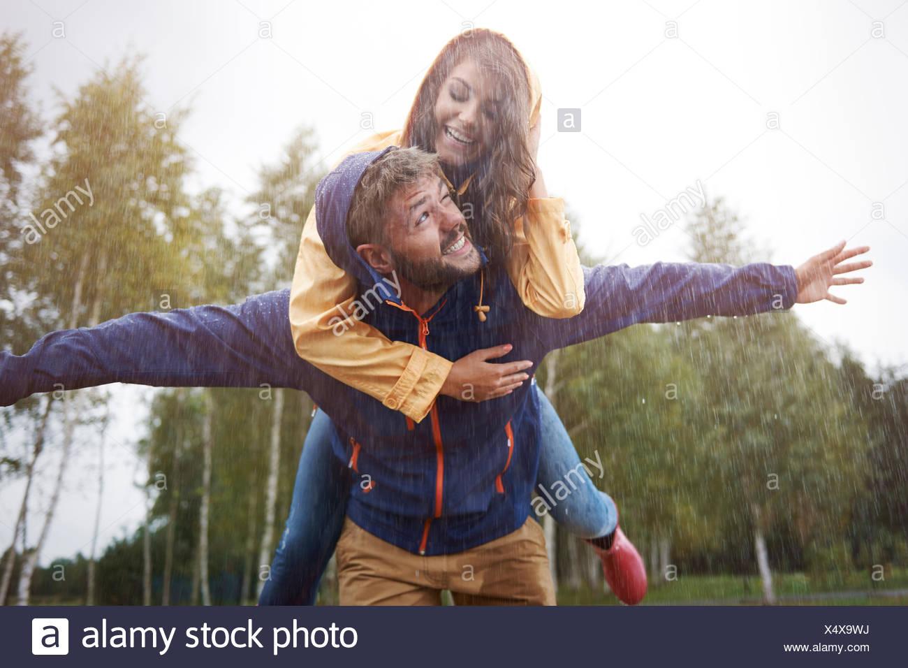 Spielen im Regen wie ein Kind. Debica, Polen Stockbild