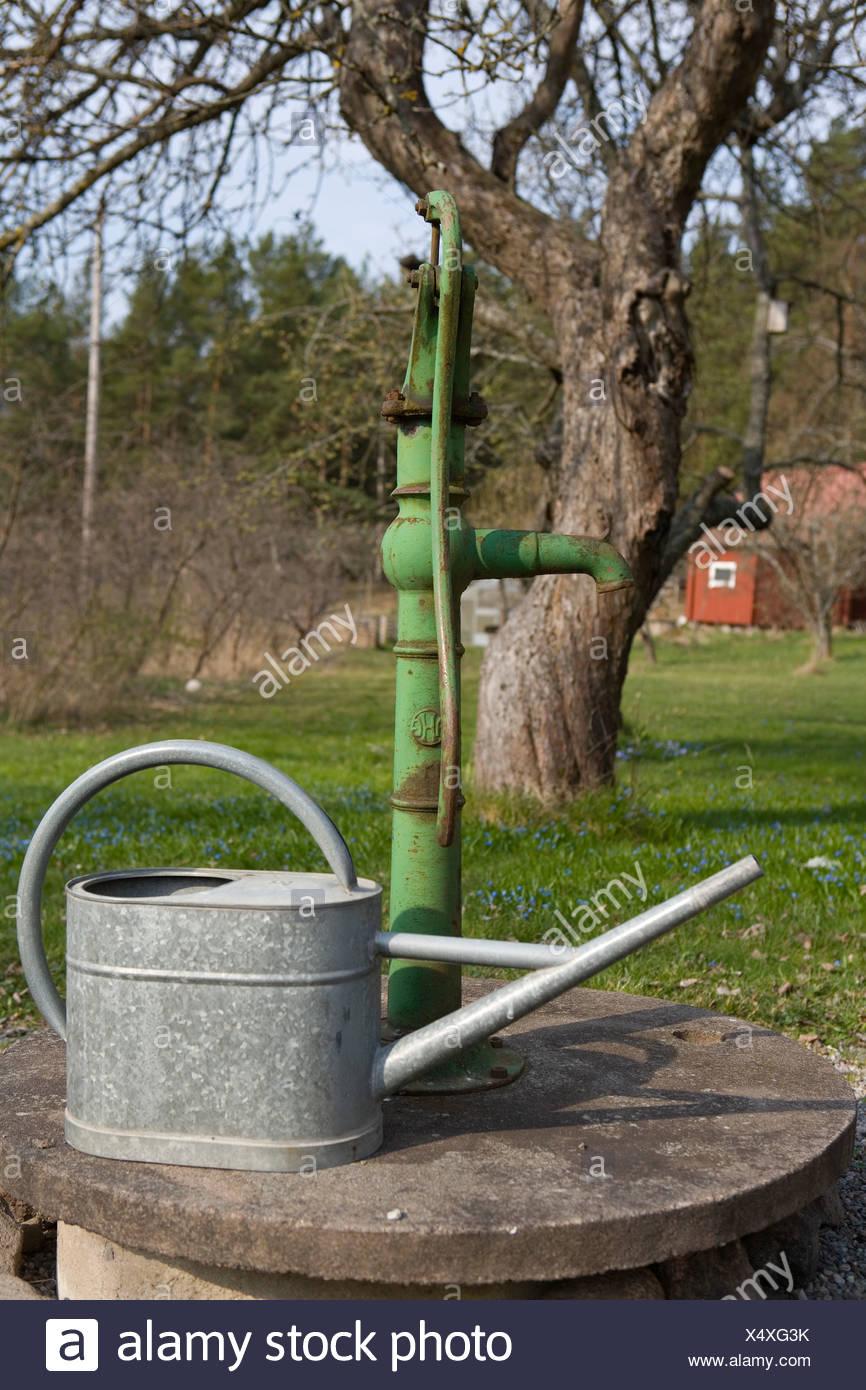 Gießkanne von Wasserpumpe im Garten Stockfotografie - Alamy Handy
