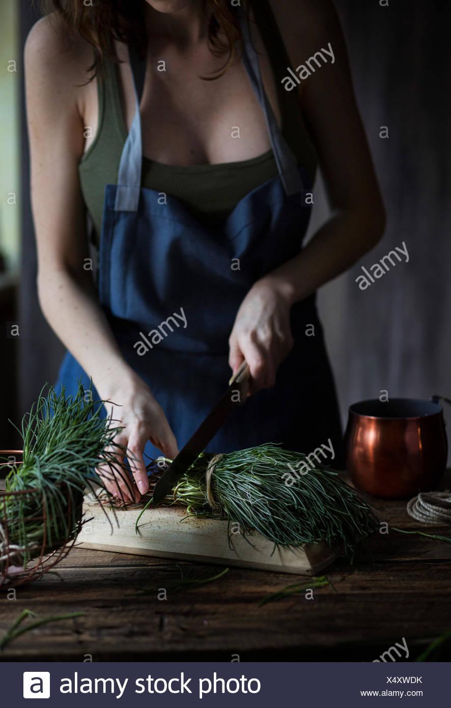 Frau schneiden Agretti, ein typisch italienisches Frühlingsgemüse Stockbild