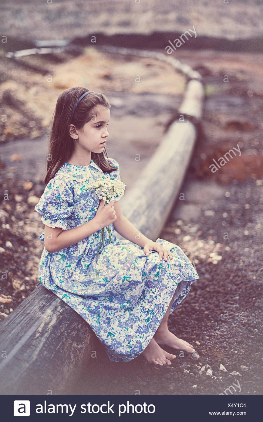 Mädchen hält einen Blumenstrauß Stockbild