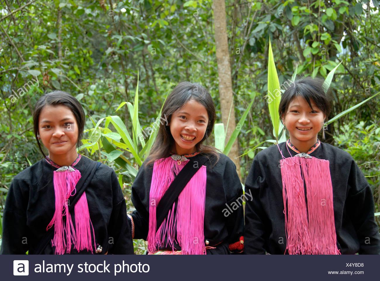 Porträt, Ethnologie, drei lächelnden jungen Frauen der Volksgruppe der Yao, rosa Fäden als Schmuckgeschäfte, Ou Tai, Gnot Ou, Yot Stockbild