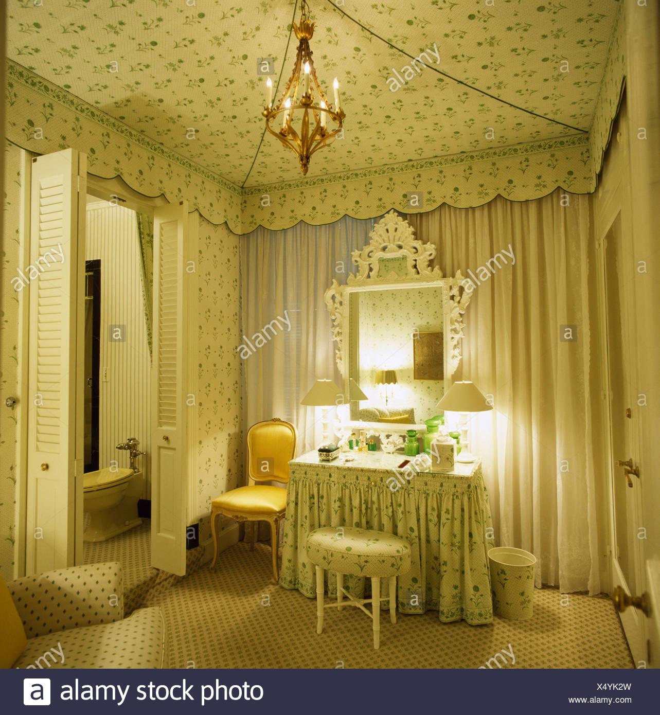 Tented Decke in achtziger Jahre Schlafzimmer mit großem ...