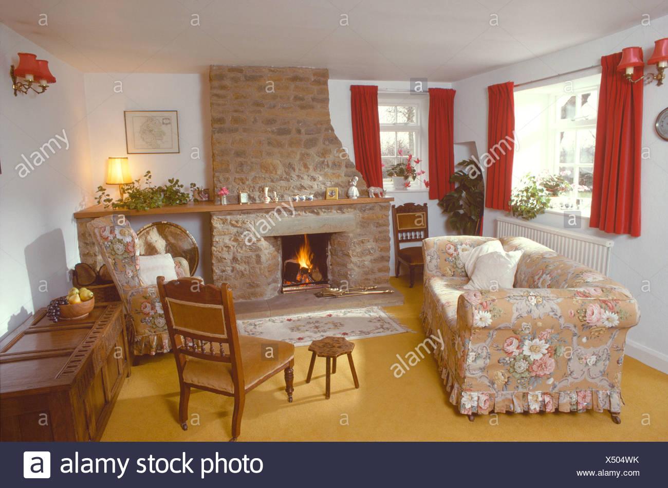 Floral Lose Abdeckung Auf Sofa Vor Dem Kamin Mit Dem Brennenden Feuer Der  Siebziger Jahre Ferienhaus