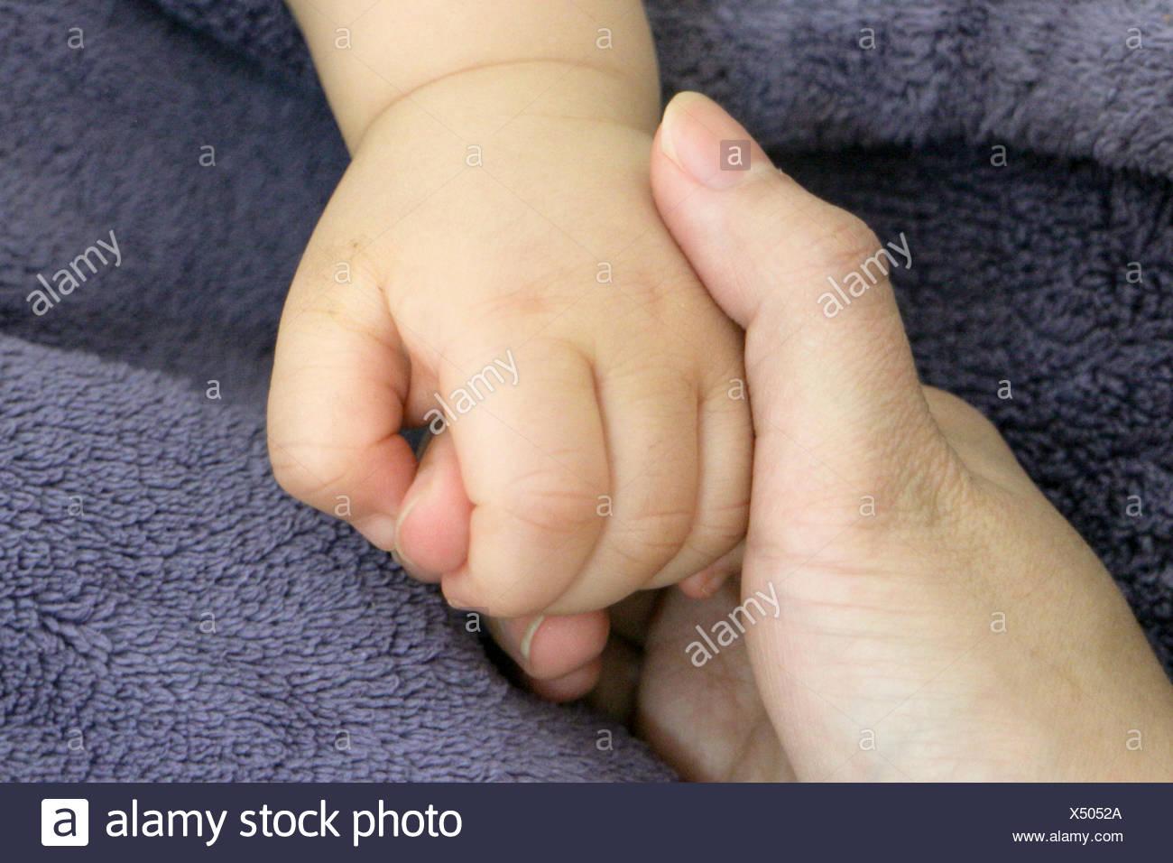 Nahaufnahme von Baby haltende Mutter Hand Stockbild