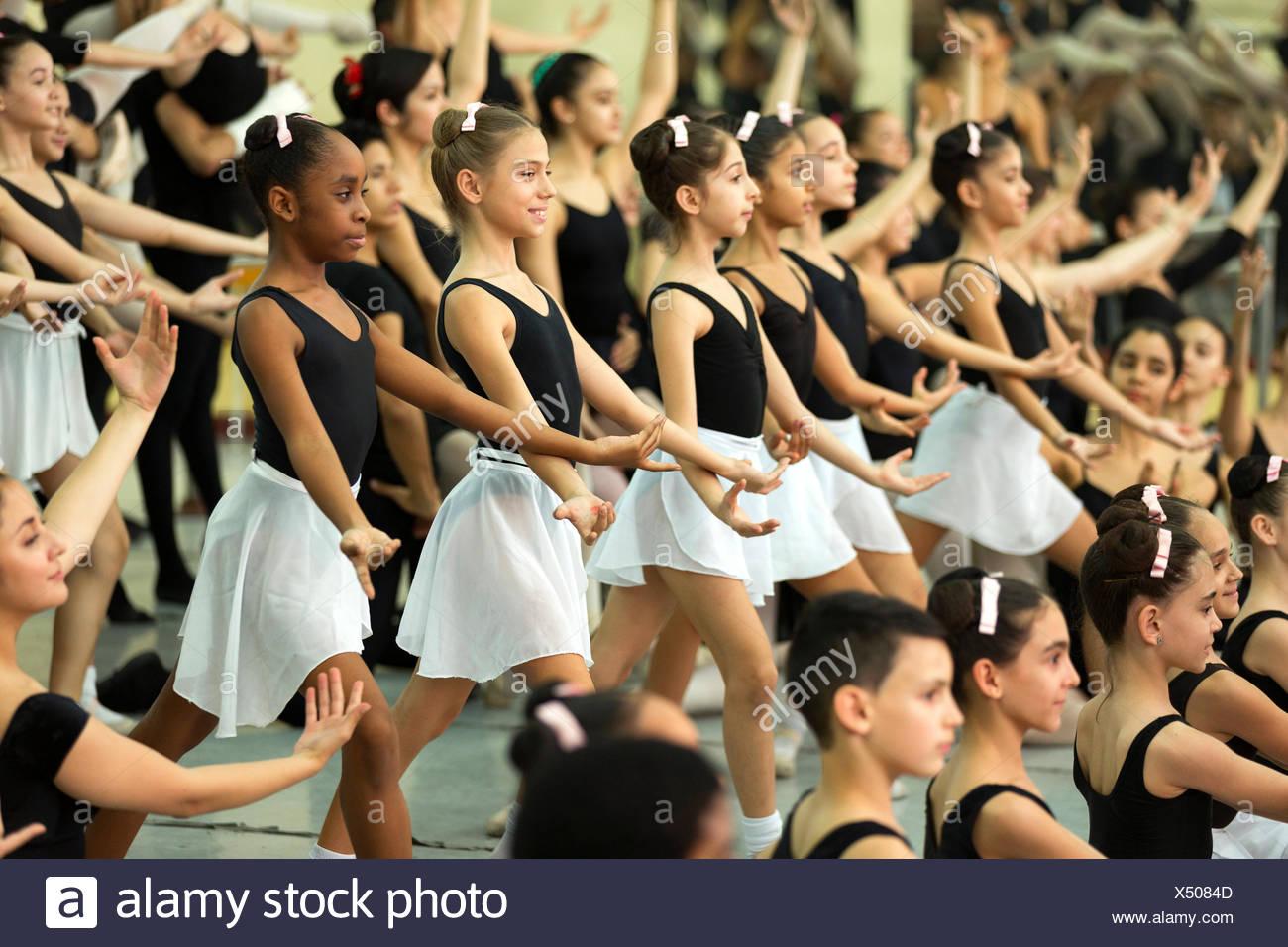 Jugendliche Taenzer bei der Sonde in der Nationalen Balletschule, Havanna, Kuba Engl.: Kuba, Havanna, Nationalen Kubanischen Ballettschule, jugendliche Tänzer Stockbild