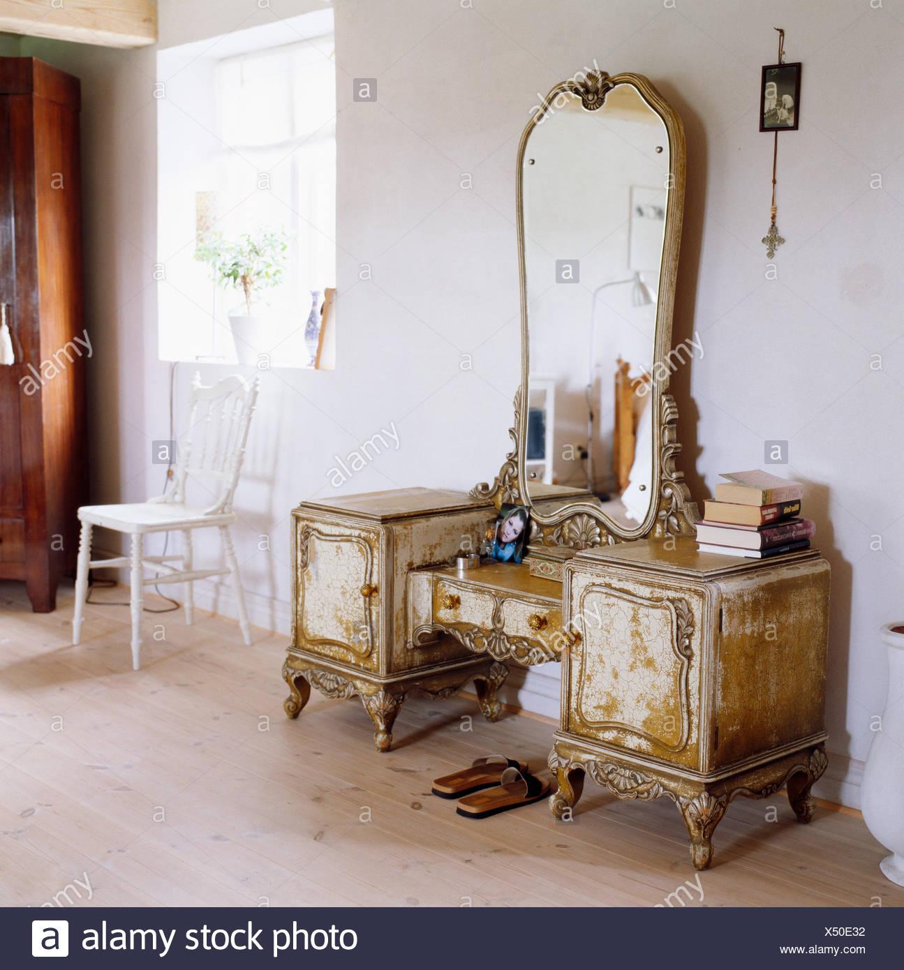 Eine Antike Möbel In Einem Raum Stockfoto Bild 278450230 Alamy
