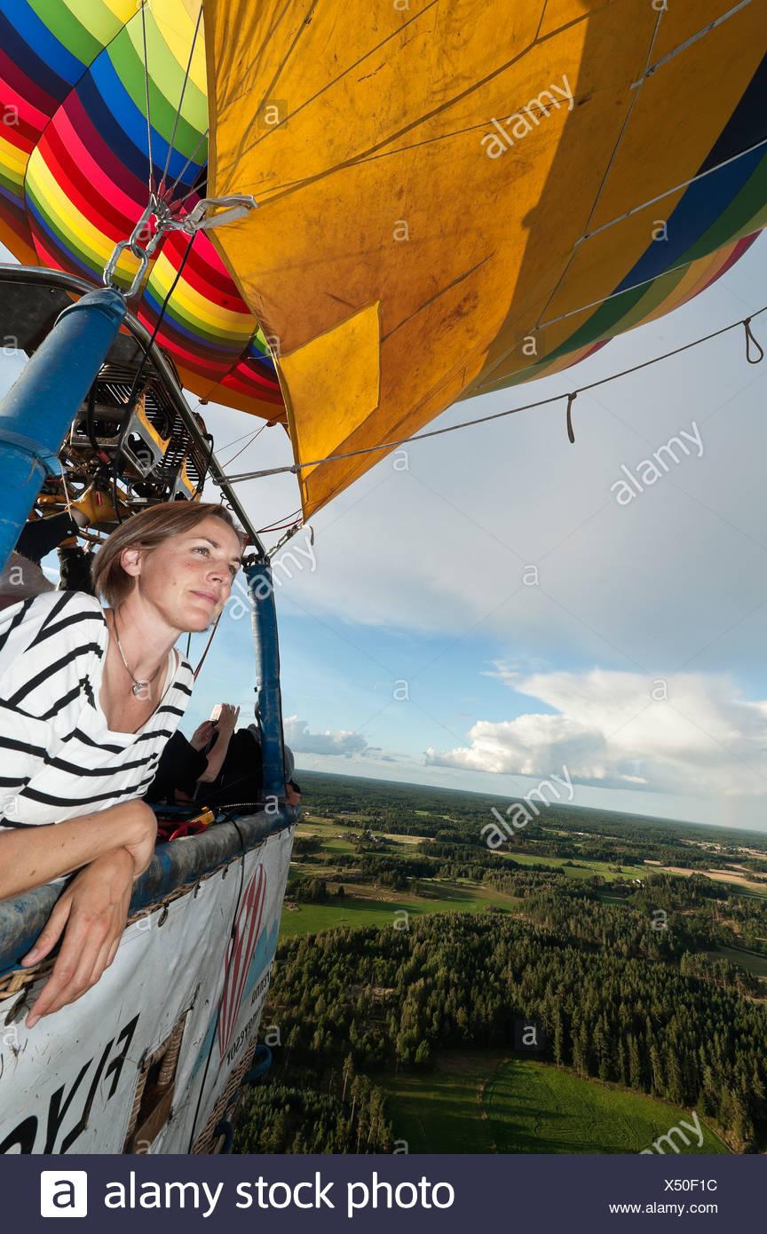 Frau im Heißluftballon fliegen Stockbild
