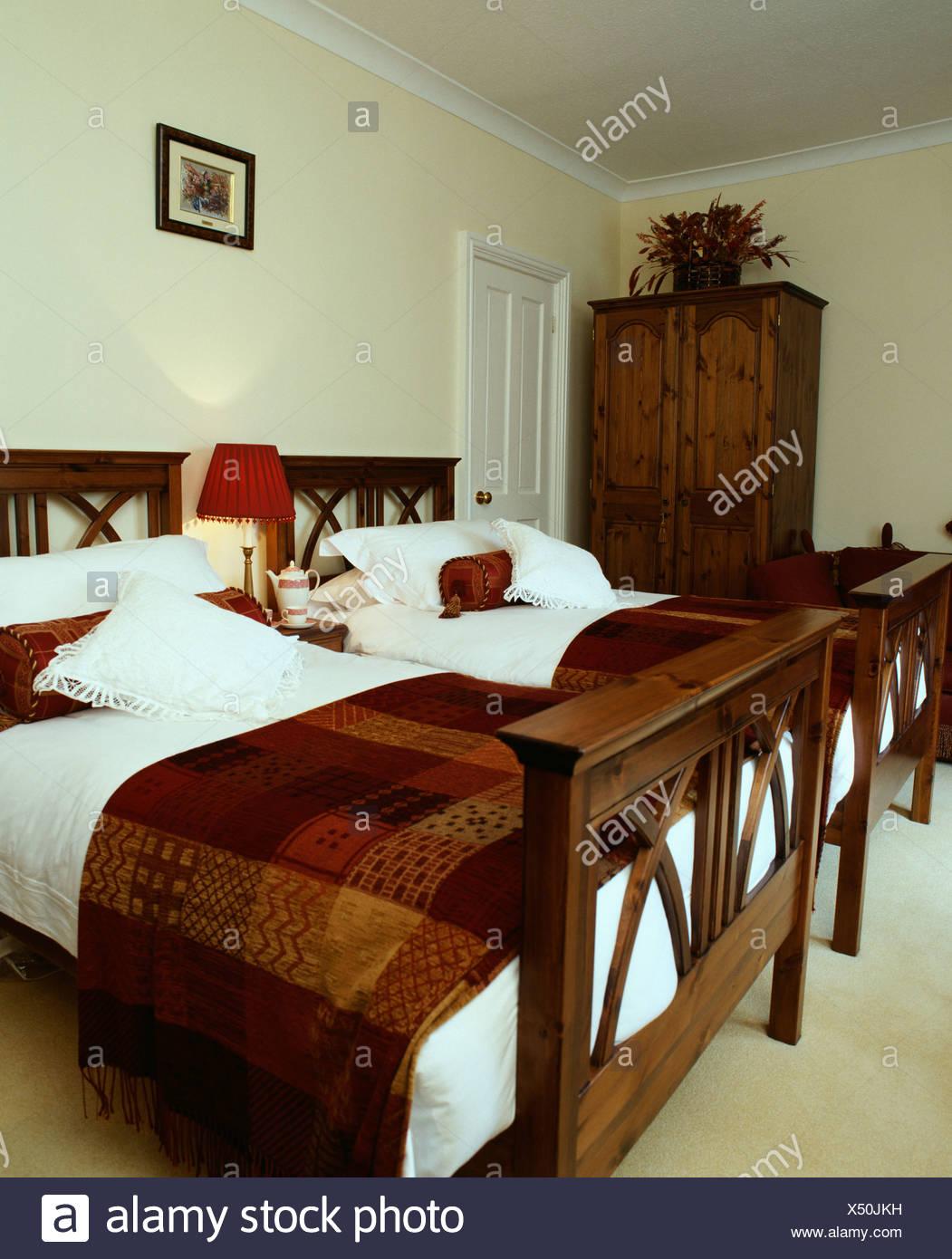 Check-braun gemusterten werfen und frische weiße Bettwäsche auf Holz ...