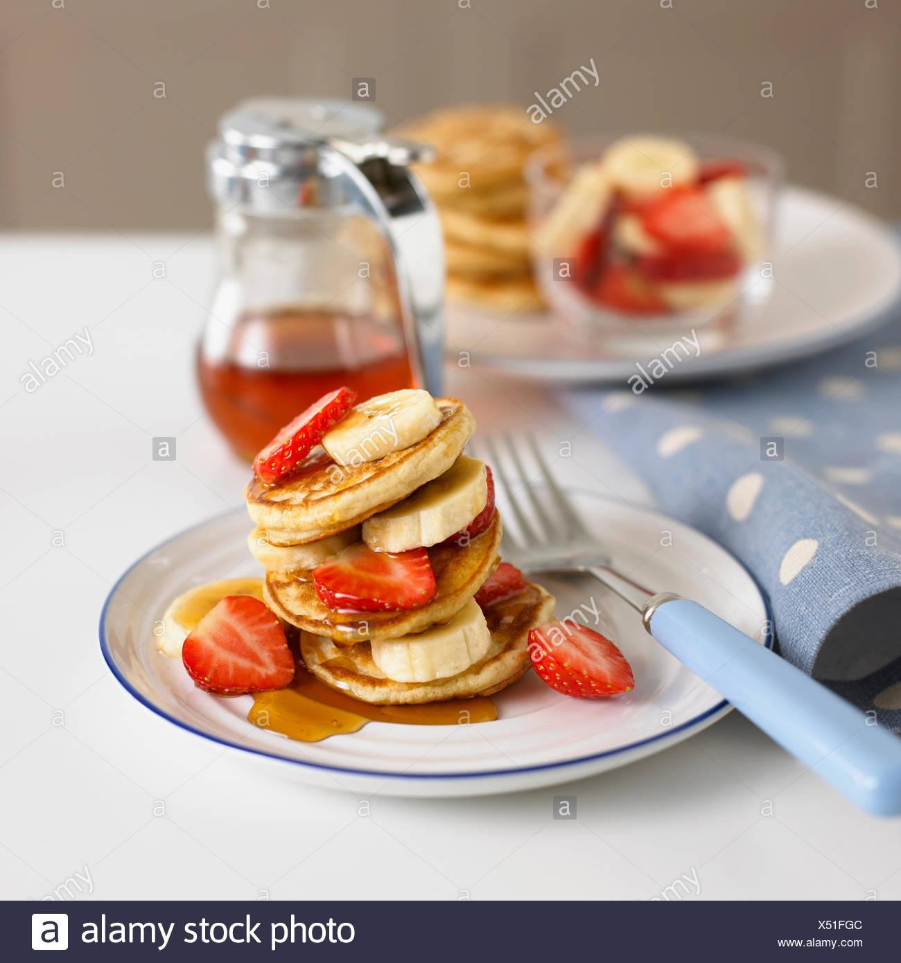 Teller mit Obst und Pfannkuchen Stockbild