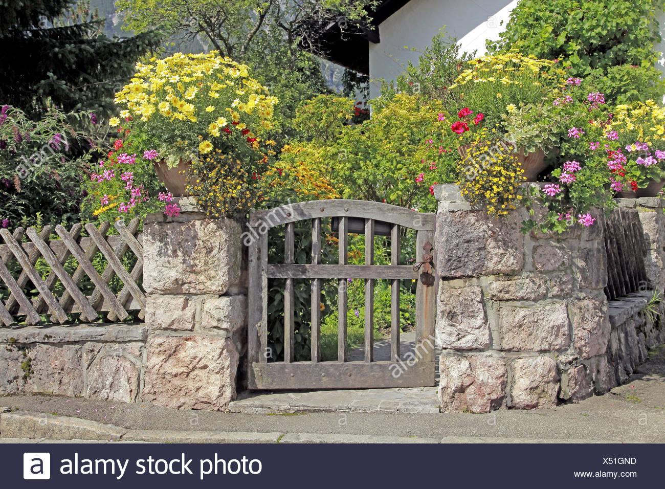 Garten Tur Stein Mauer Blumenschmuck Deutschland Bayern