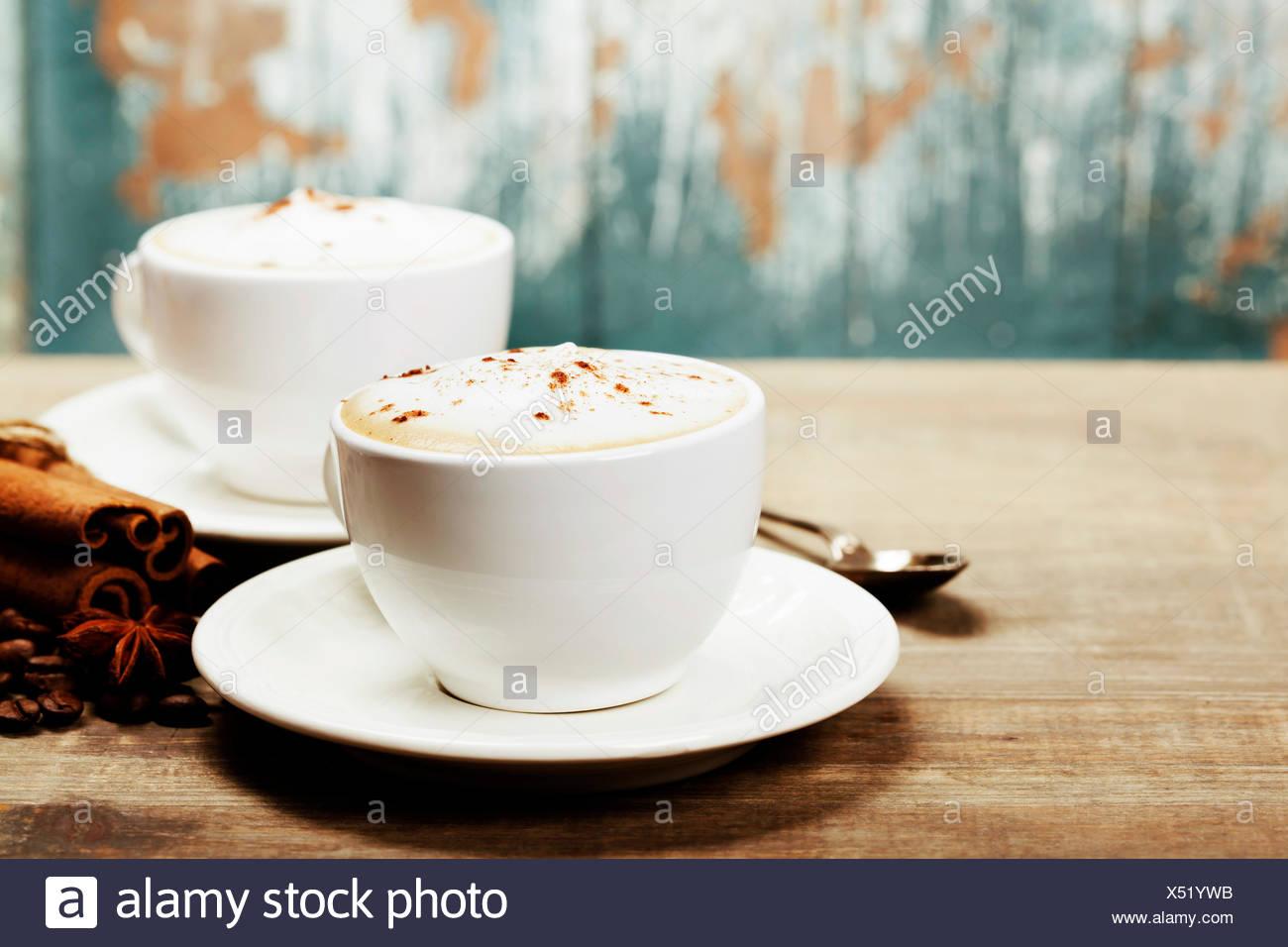 Zwei Tassen Kaffee auf alten Holztisch Stockbild