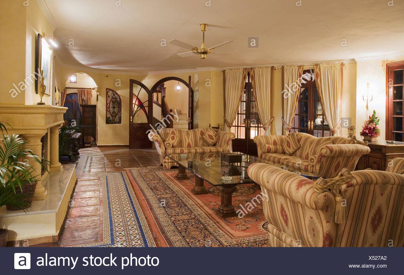 Gross Gemusterten Sofas Im Spanischen Land Wohnzimmer Mit Terrakotta
