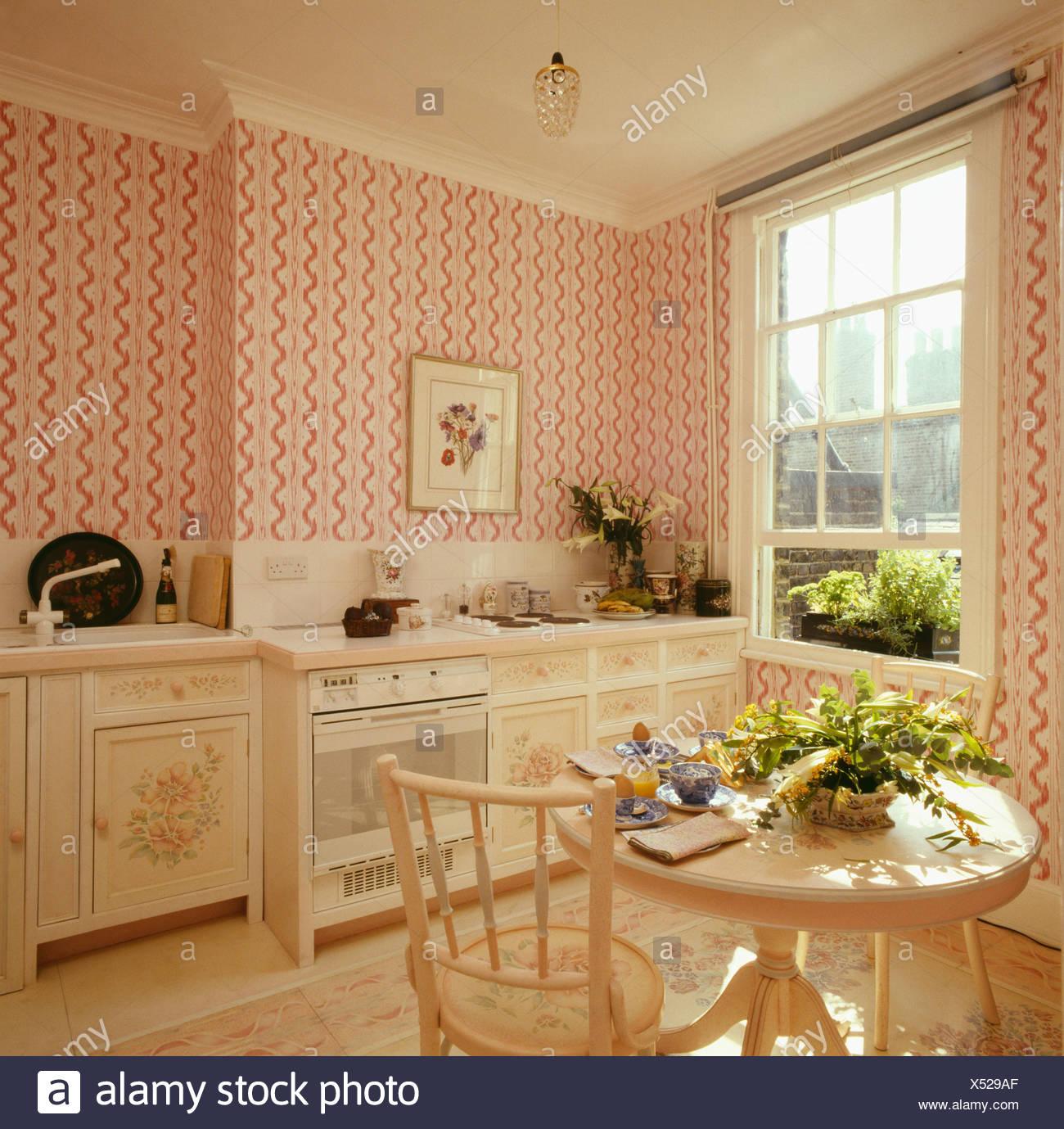 Rosa gestreifte Tapete in achtziger Jahre Küche-Esszimmer ...