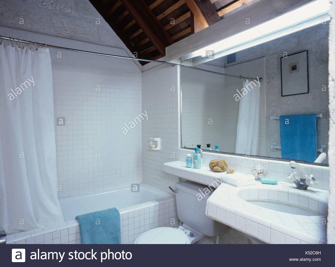 Indirekte Beleuchtung Und Rechteckigen Spiegel über Dem Waschbecken