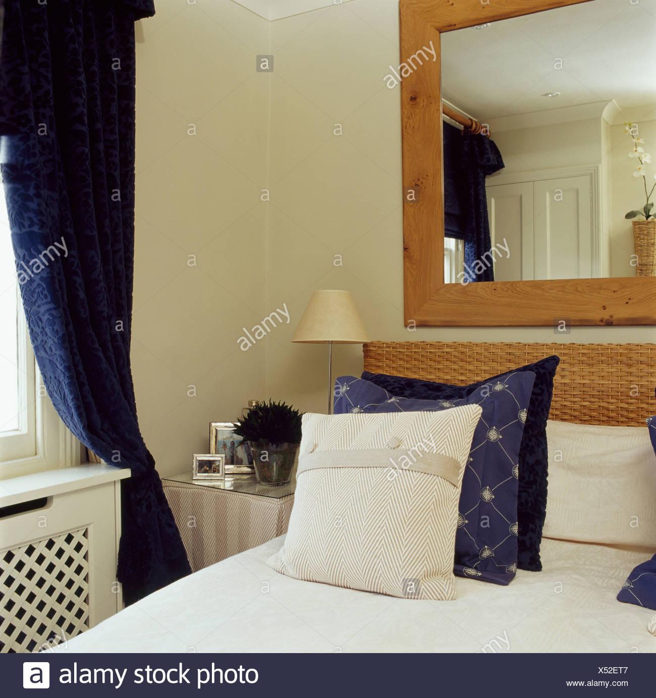 Kiefer Gerahmte Spiegel über Dem Bett Mit Dunklen Blau Creme Kissen Im  Schlafzimmer Stadthaus Mit Dunkle Blaue Vorhänge Am Fenster