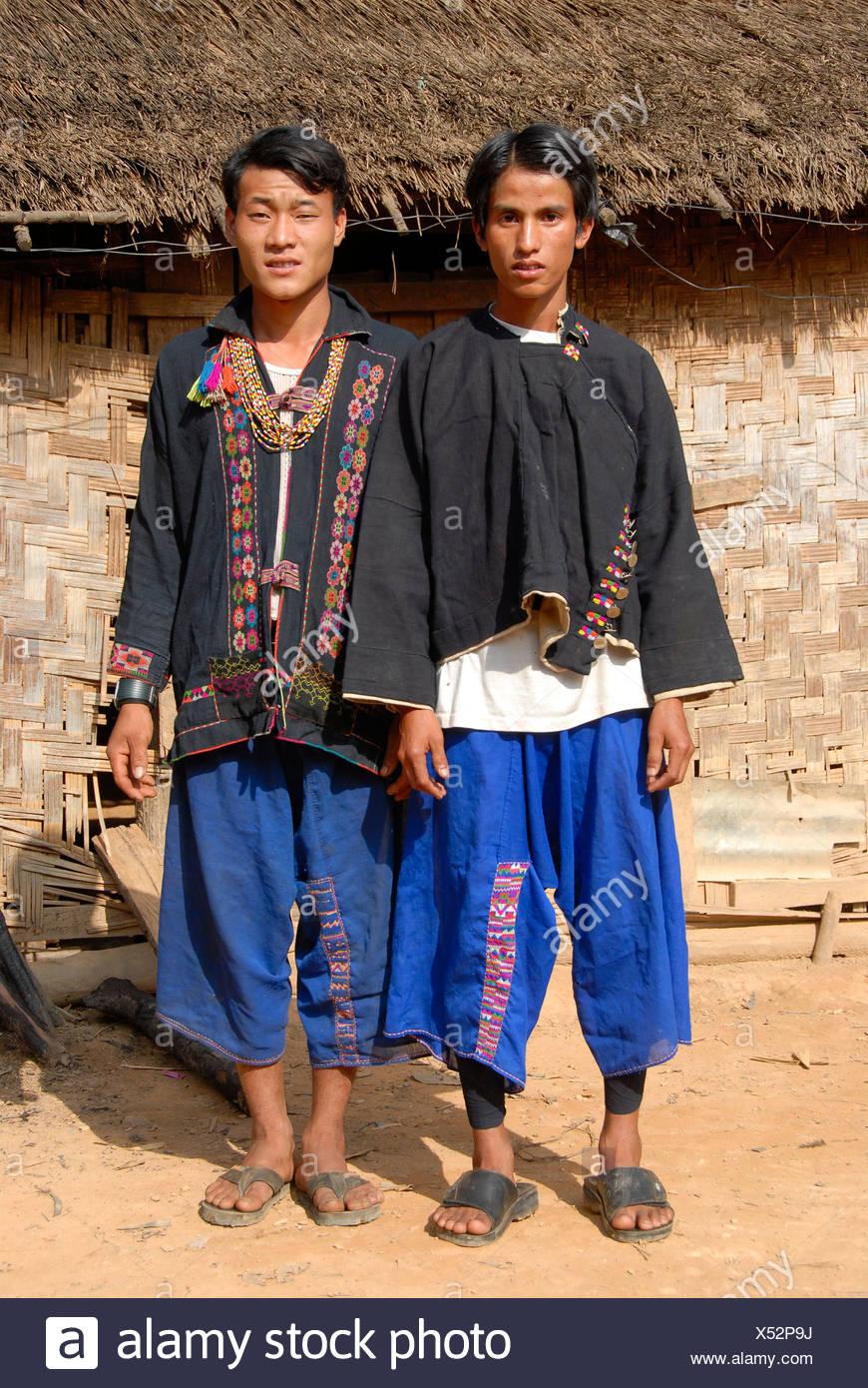 Zwei Männer des Stammes Akha Lom, beide tragen traditionelle Kleidung, Ban Noy, Provinz Phongsali, Laos, Südostasien Stockbild