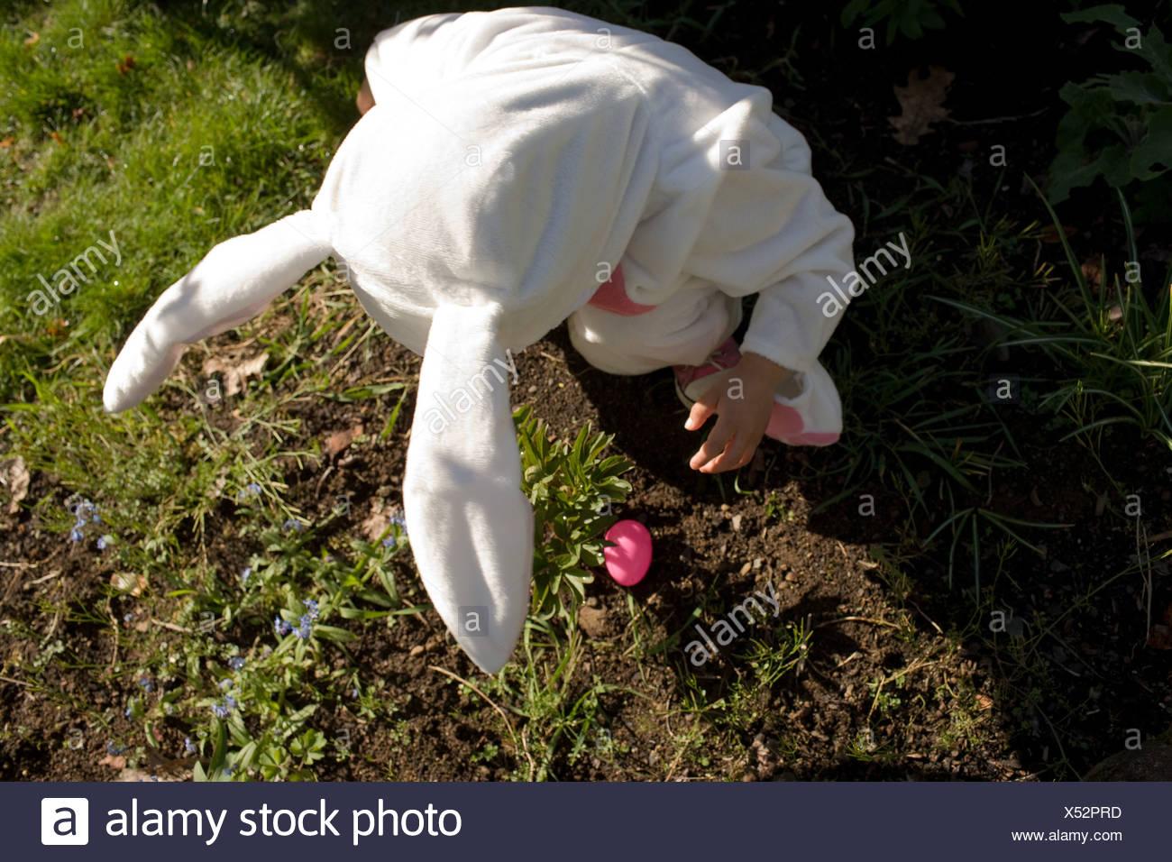 Kleiner Junge gekleidet als Osterhase, erhöhte Ansicht Stockbild
