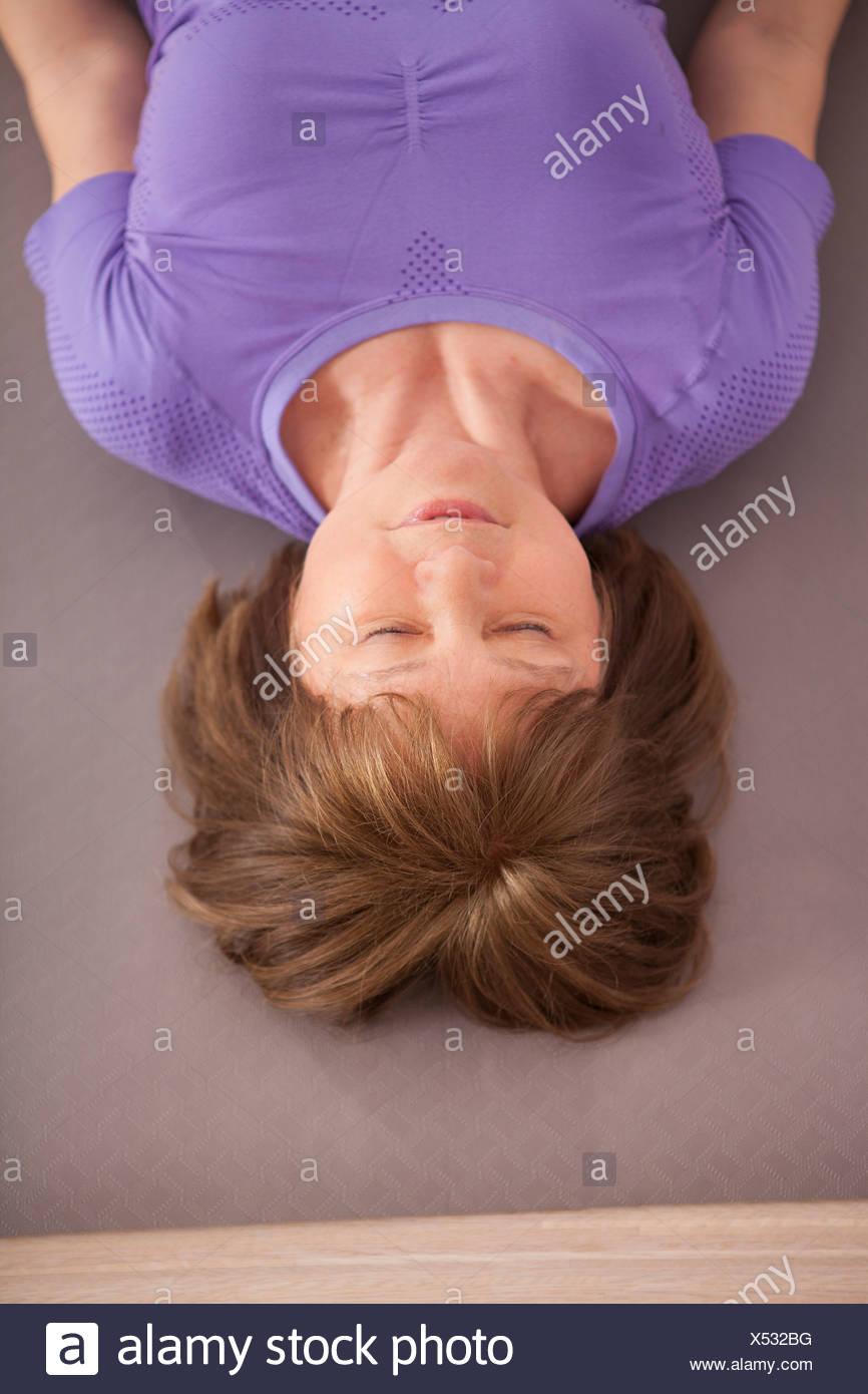 Frauen in Führungspositionen erhalten Physiotherapie, schloss die Augen Stockbild
