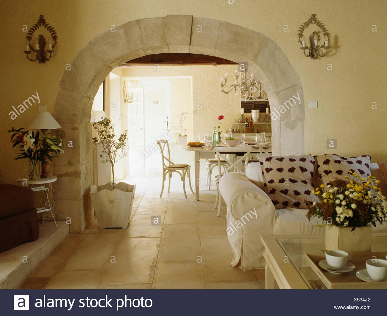 Steinböden in französischer Landhaus-Wohnzimmer mit weißen Sofa